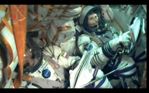 Auf diesem Screenshot von unserem Startvideo kann man sehen, wie eng es in der Soyuz ist!